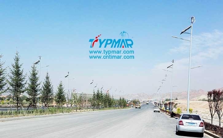 青海海东开发区风光互补路灯 给人们出行带来便利